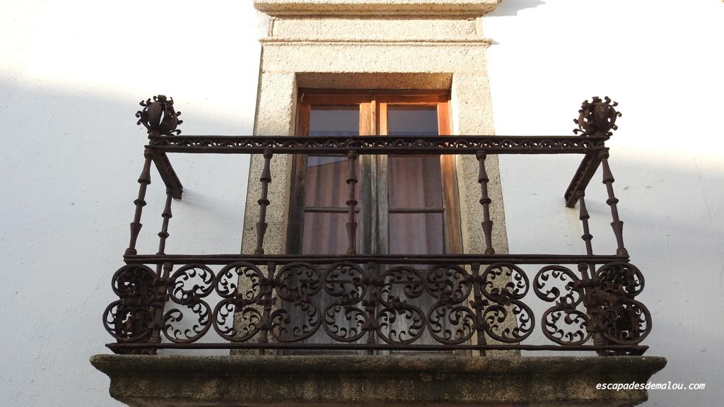 Beau balcon en fer forgé